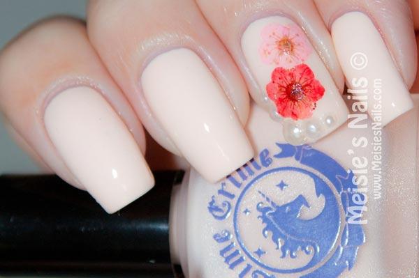 creamy pretty flowers nails