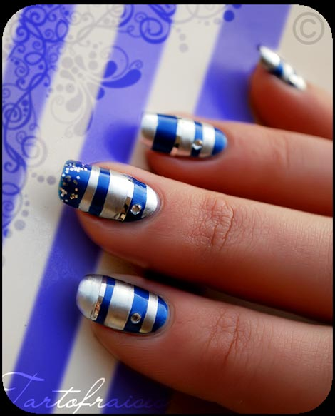 navy stripes nails